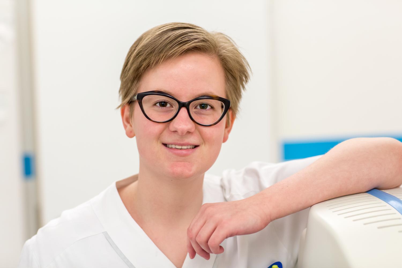 Porträttbild på röntgensjuksköterska. Hon har kortklippt ljusbrunt hår och mörka glasögon. kvinna ung
