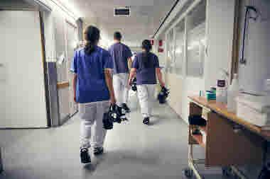 Intensivvårdsavdelningen på MIVA SÖS i januari 2021. Covid-19, corona, intensivvård, sjuksköterska, intensivvårdssjuksköterska, korridor, skyddsmask, mask, korridor