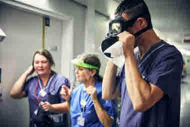 Intensivvårdsavdelningen på MIVA SÖS i januari 2021. Covid-19, corona, intensivvård, sjuksköterska, intensivvårdssjuksköterska, korridor, skyddsmask, mask, militärmask, visir.
