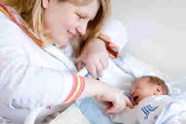 Nybliven mamma på förlossning med nyfödd baby bebis. BB Karolinska (2016).
