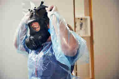 Intensivvårdsavdelningen på MIVA SÖS i januari 2021. Covid-19, corona, intensivvård, sjuksköterska, intensivvårdssjuksköterska, skyddsmask, mask, skyddskläder, militärmask