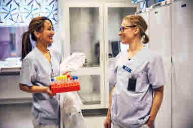 Biomedicinsk analytiker på Gävle sjukhus mars 2021. BMA kollegor skrattar prover provrör