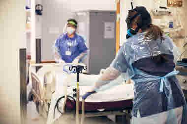 Intensivvårdsavdelningen på MIVA SÖS i januari 2021. Covid-19, corona, intensivvård, sjuksköterska, intensivvårdssjuksköterska, korridor, skyddsmask, mask, militärmask, säng, patient