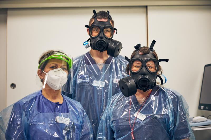 Intensivvårdsavdelningen på MIVA SÖS i januari 2021. Covid-19, corona, intensivvård, sjuksköterska, intensivvårdssjuksköterska, korridor, skyddsmask, mask, visir, militärmask, munskydd, skyddskläder