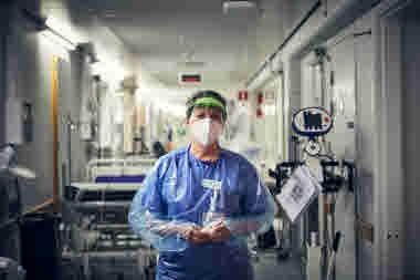 Intensivvårdsavdelningen på MIVA SÖS i januari 2021. Covid-19, corona, intensivvård, sjuksköterska, intensivvårdssjuksköterska, skyddsmask, mask, visir, militärmask, munskydd, skyddskläder, korridor