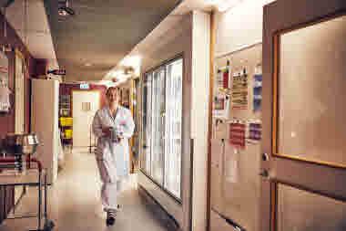 Biomedicinsk analytiker på Gävle sjukhus mars 2021. BMA förtroendevald Sara går med odlingar i korridor