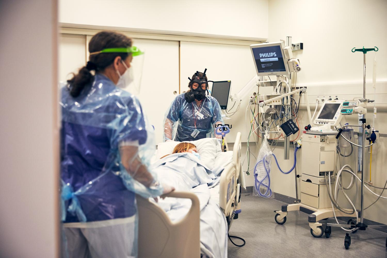 Intensivvårdsavdelningen på MIVA SÖS i januari 2021. Covid-19, corona, intensivvård, sjuksköterska, intensivvårdssjuksköterska, korridor, skyddsmask, mask, patient, säng, militärmask, skyddskläder