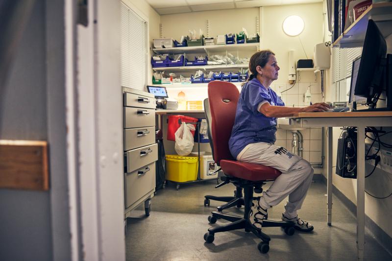 Yrsa Kloo på intensivvårdsavdelningen på MIVA SÖS i januari 2021. Covid-19, corona, intensivvård, sjuksköterska, intensivvårdssjuksköterska, korridor, kontor, skrivbord, rapport, skriva rapport