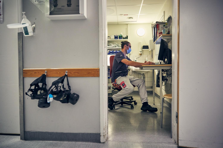 Förtroendevald på intensivvårdsavdelningen på MIVA SÖS i januari 2021. Covid-19, corona, intensivvård, sjuksköterska, intensivvårdssjuksköterska, korridor, skyddsmask, mask, militärmask