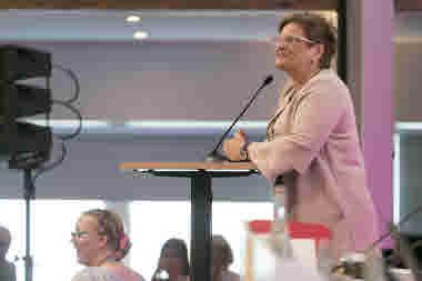Sineva Ribeiro, förbundsordförande, håller tal under kongressen 2018.