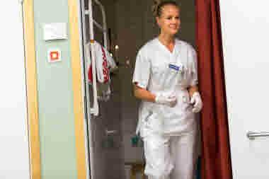 Barnmorska på väg ut från duschrum på förlossningen på länssjukhuset i Kalmar