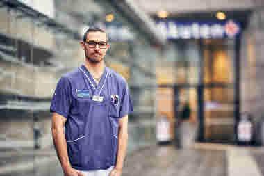 Förtroendevald på intensivvårdsavdelningen på MIVA SÖS i januari 2021. Covid-19, corona, intensivvård, sjuksköterska, intensivvårdssjuksköterska, förtroendevald, utomhus, porträtt