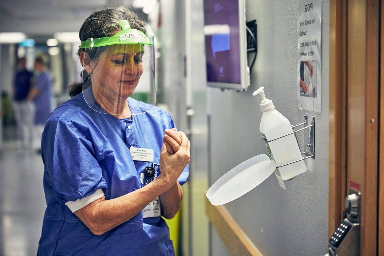 Intensivvårdsavdelningen på MIVA SÖS i januari 2021. Covid-19, corona, intensivvård, sjuksköterska, intensivvårdssjuksköterska, korridor, visir, handsprit, desinfektion, sprita händer, mask