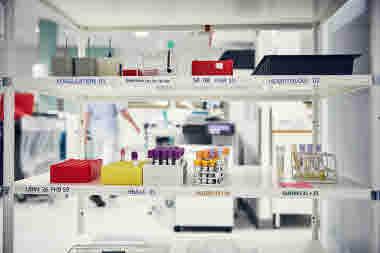 Biomedicinsk analytiker på Gävle sjukhus mars 2021. BMA massor av prover på kemlabb kemlab provrör prover analys