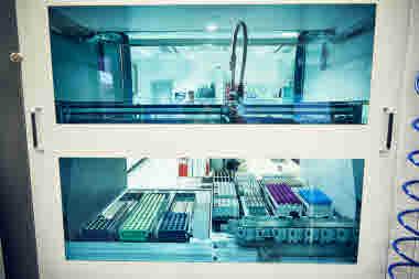 Biomedicinsk analytiker på Gävle sjukhus mars 2021. BMA kemlabb maskin dator