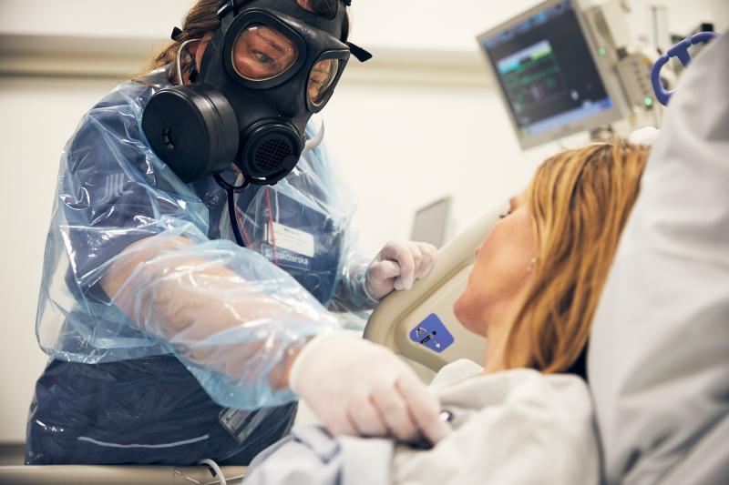 Intensivvårdsavdelningen på MIVA SÖS i januari 2021. Covid-19, corona, intensivvård, sjuksköterska, intensivvårdssjuksköterska, skyddsmask, mask, visir, militärmask, munskydd, skyddskläder, patient