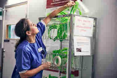 Intensivvårdsavdelningen på MIVA SÖS i januari 2021. Covid-19, corona, intensivvård, sjuksköterska, intensivvårdssjuksköterska, korridor, visir, mask