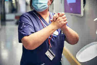 Intensivvårdsavdelningen på MIVA SÖS i januari 2021. Covid-19, corona, intensivvård, sjuksköterska, intensivvårdssjuksköterska, desinfektion, handsprit, sprita händer, hygien