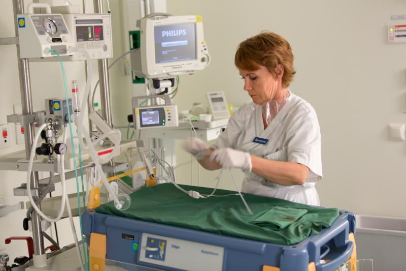 Barnmorska i förlossningssal på länssjukhuset i Kalmar.